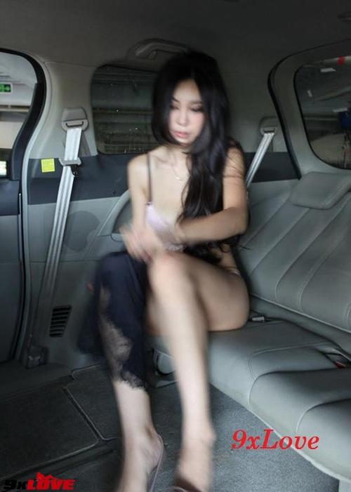 [Tin] - Ảnh chụp lén người mẫu xe hơi vô tư thay đồ lộ nội y