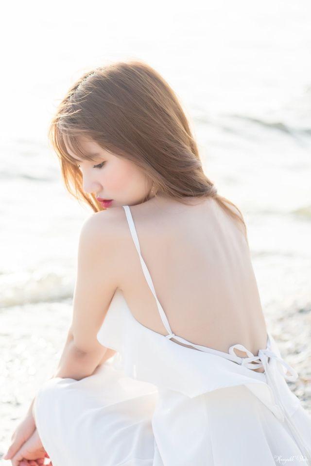 Em trắng xinh nỏn nà hút mắt trên biển